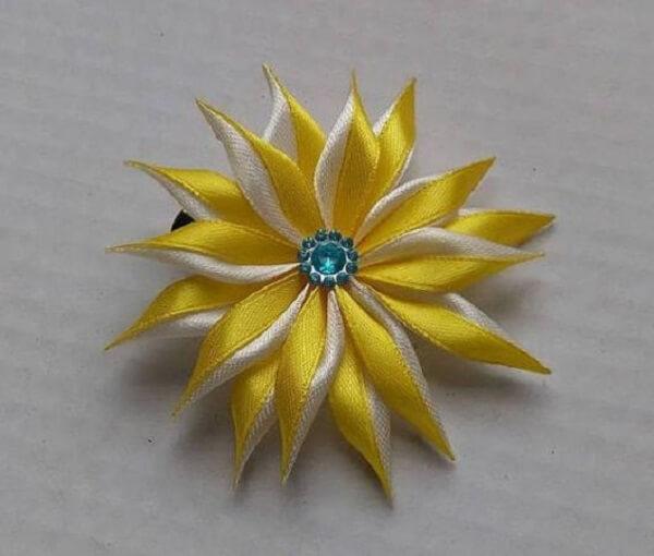 Flor de cetim amarelo