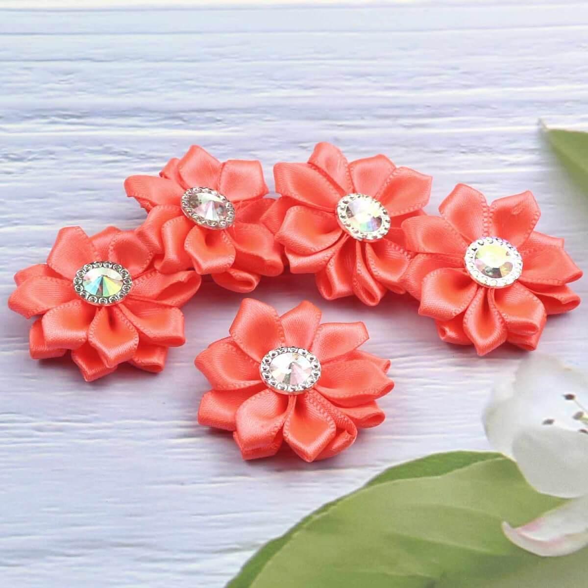Flor de cetim laranja com pedras