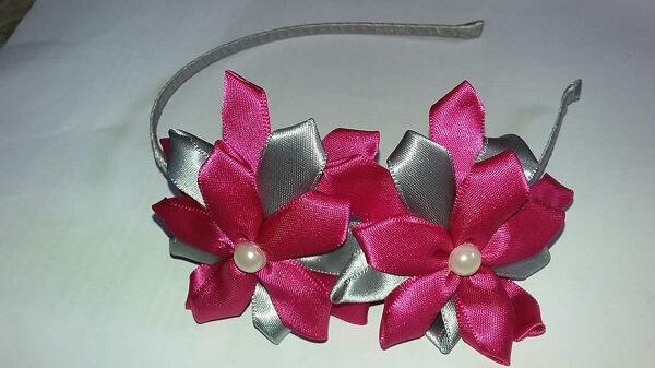Flor de cetim tiara com pérolas