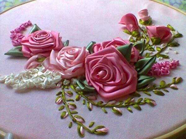 Flor de fita de cetim dobrada bordado