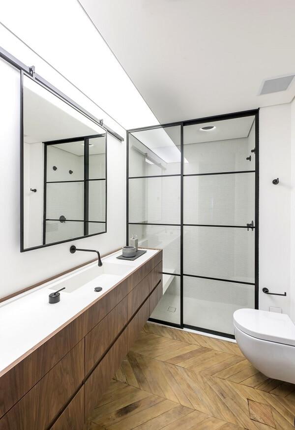 Gabinete de madeira e box para banheiro transparente. Fonte: Rua 141 Arquitetura