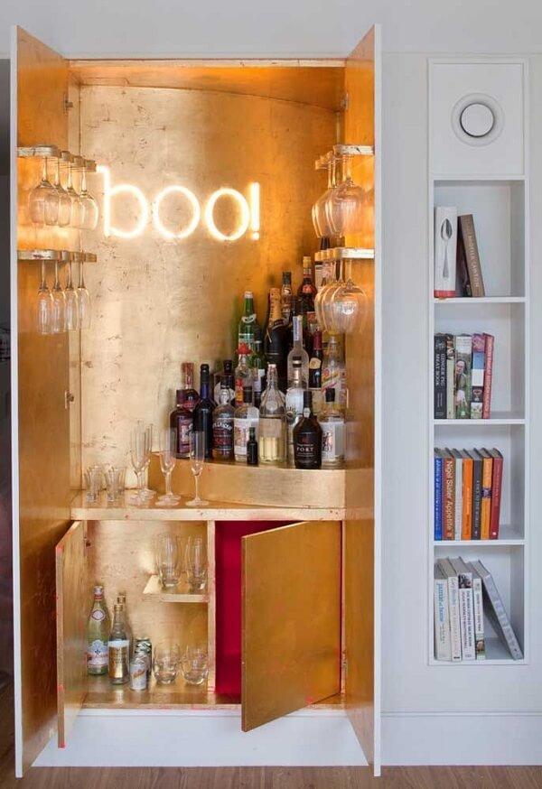 Home bar com decoração dourada