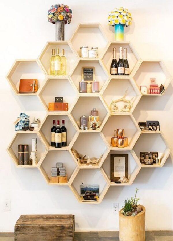 Inove na decoração e aposte na fixação de nicho colmeia na parede. Fonte: Pinterest