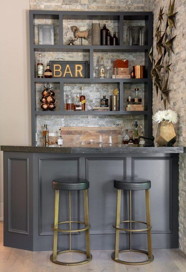 Invista em uma estante criativa para organizar os utensílios do bar
