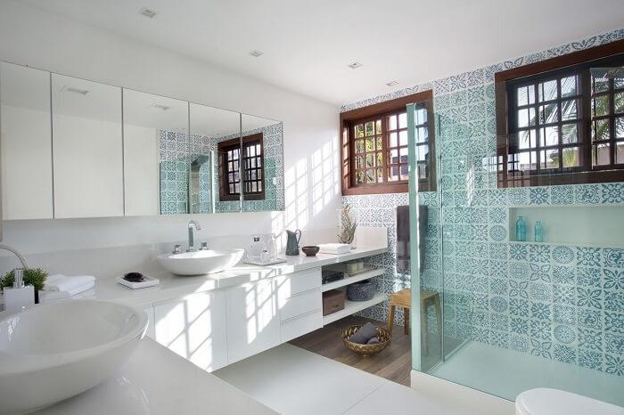 Ladrilho hidráulico e box de vidro decoram o banheiro. Fonte: Fernanda Azevedo Mancini