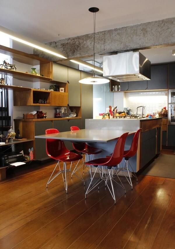 Mesa cinza com cadeiras para cozinha vermelhas