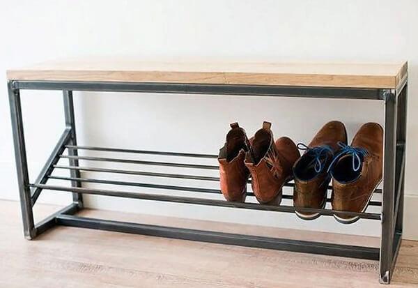 Modelo de banco sapateira com superfície de madeira