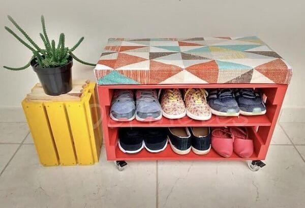 Modelo de banco sapateira feita com caixote de madeira
