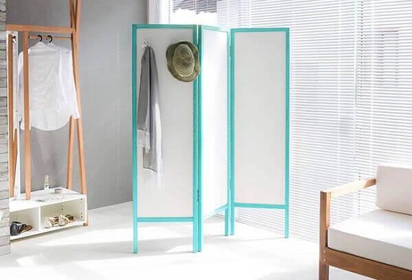 Modelo de biombo de madeira para uma decoração minimalista.
