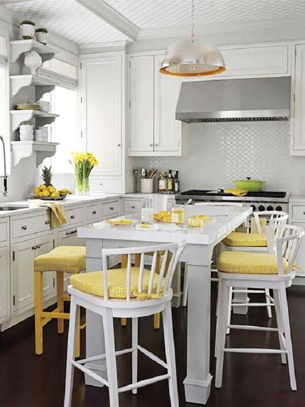 Modelo de cadeira alta para cozinha com assento amarelo