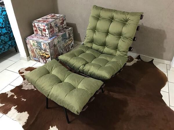 Modelo de cadeira costela com puff na cor verde