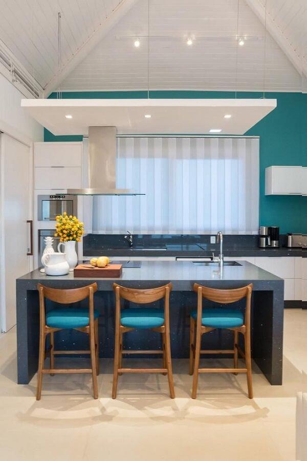 Modelo de cadeira para ilha de cozinha com assento azul