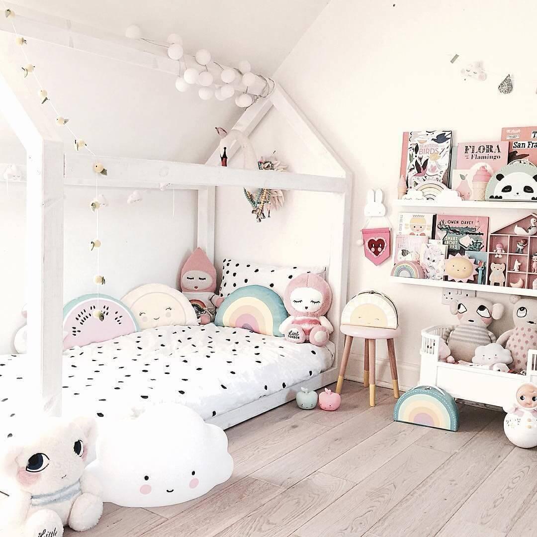 Modelo de cama infantil montessoriana branca