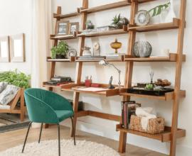 Modelo de escrivaninha com estante de madeira com várias prateleiras decoradas – Foto: Pinterest