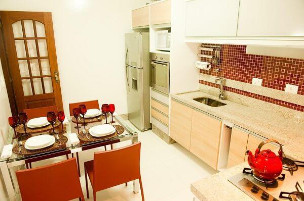 Modelo de mesa com 4 cadeiras para cozinha em tom laranja