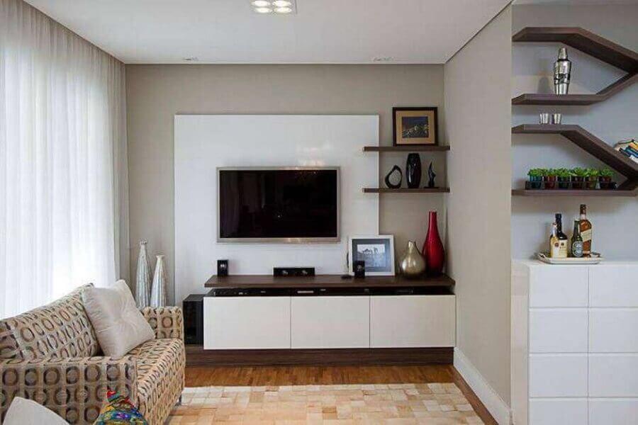 Modelo de rack com painel branco feito sob medida para esta sala de estar