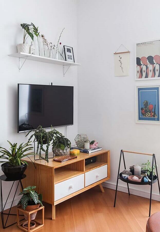 Modelo de rack pequeno para sala com decoração simples