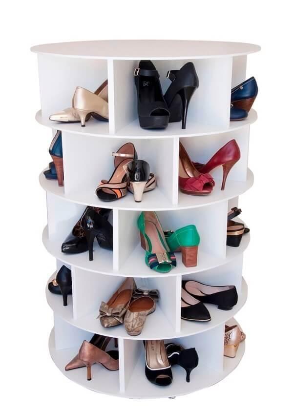 Modelo de sapateira giratória branca para closet