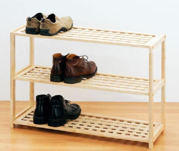 Modelo de sapateira simples de madeira com prateleira