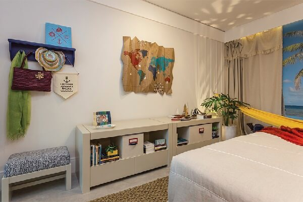 Na decoração do quarto simples priorize usar móveis mais claros e multifuncionais