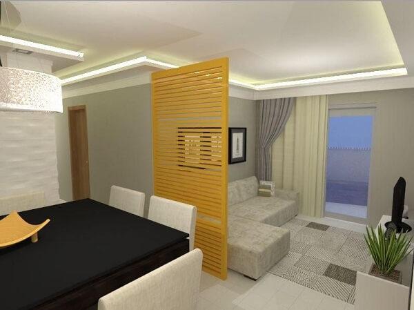 Nesse projeto o biombo de madeira separa os ambientes da sala de jantar e sala de estar