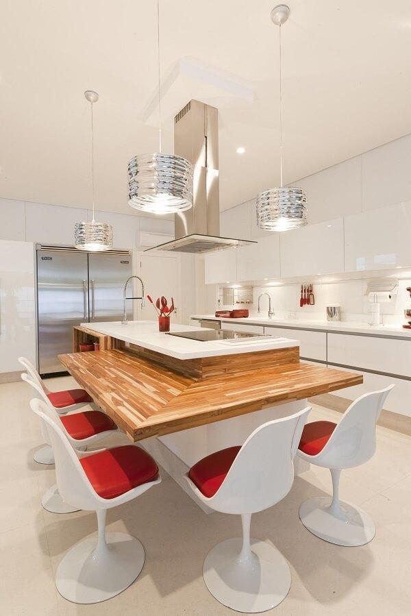 O assento vermelha das cadeiras para cozinha trouxe um toque especial para a decoração