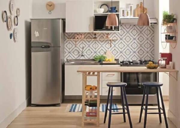 O balcão americano completa a decoração da cozinha modulada. Fonte: Pinterest