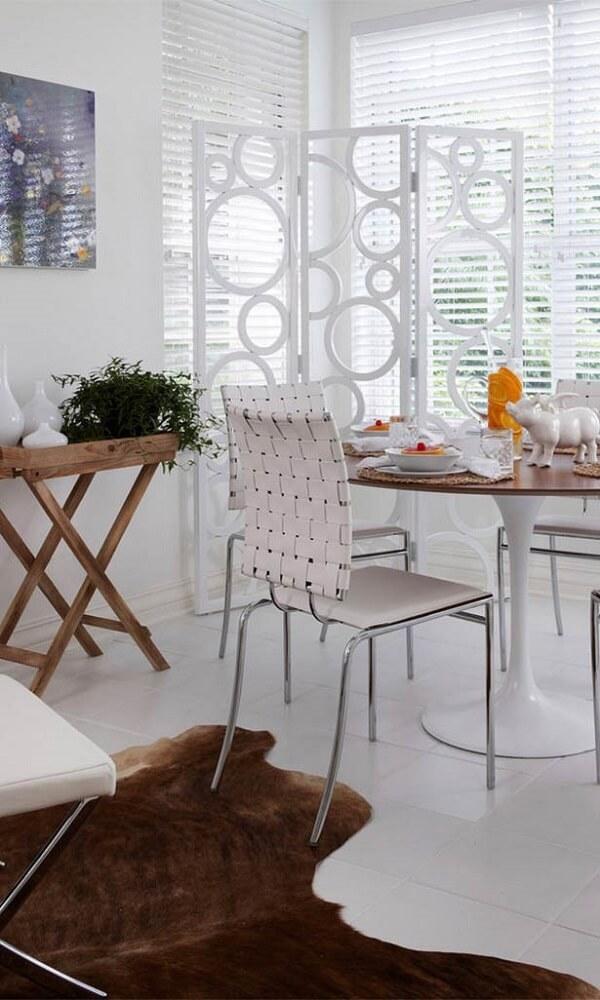 O biombo de madeira com design de bolhas decora a sala de jantar