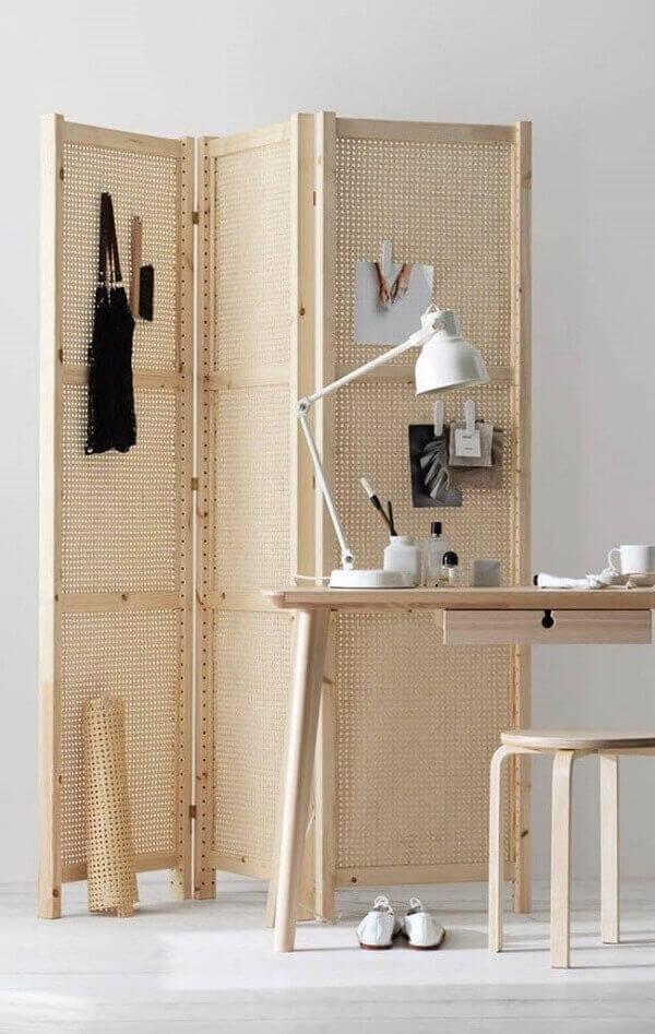 O biombo de madeira com design treliça é ideal para ambientes descontraídos