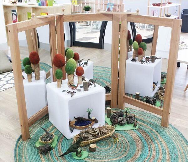 O biombo de madeira com espelhos pode auxiliar no desenvolvimento das crianças