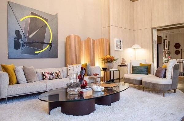 O biombo de madeira discreto traz um charme especial para a sala de estar