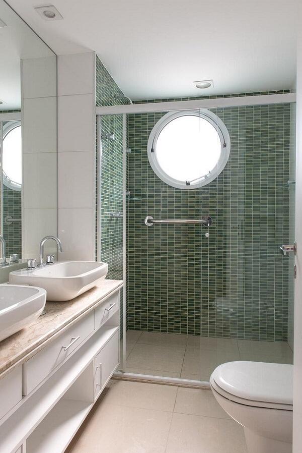 O box para banheiro transparente permite a visão completa do revestimento verde na parede. Fonte: AH! SIM