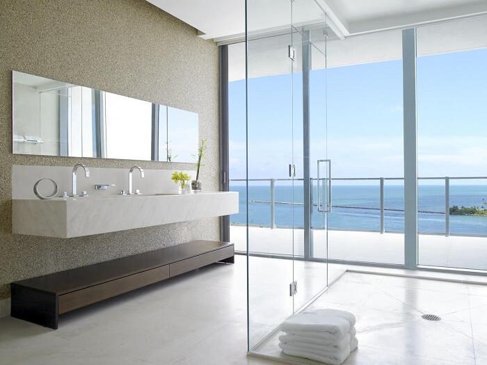 O box para banheiro transparente permite uma ampla da paisagem do entorno. Fonte: Léo Shetman