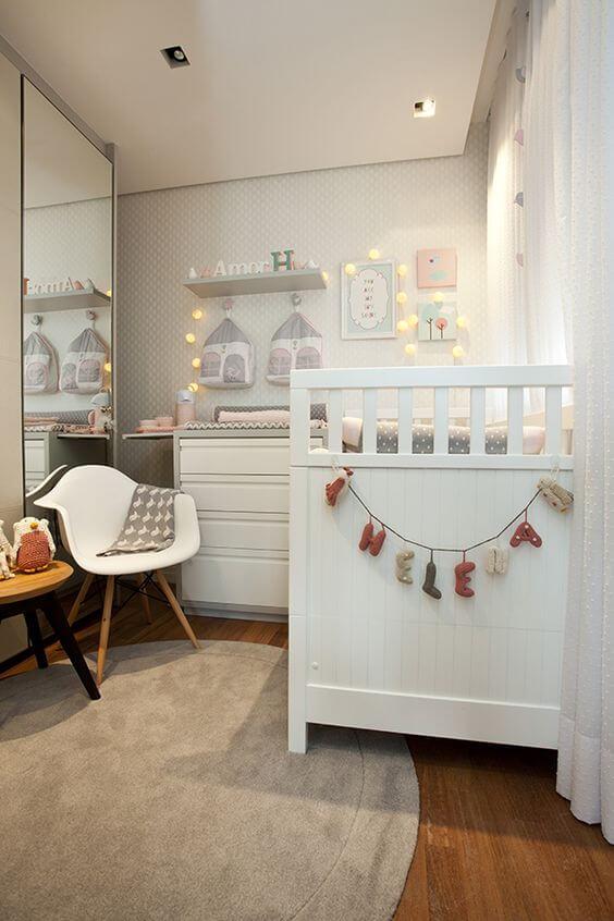 O cordão de luz complementa decoração do quadro para quarto de bebê. Fonte: Arkpad