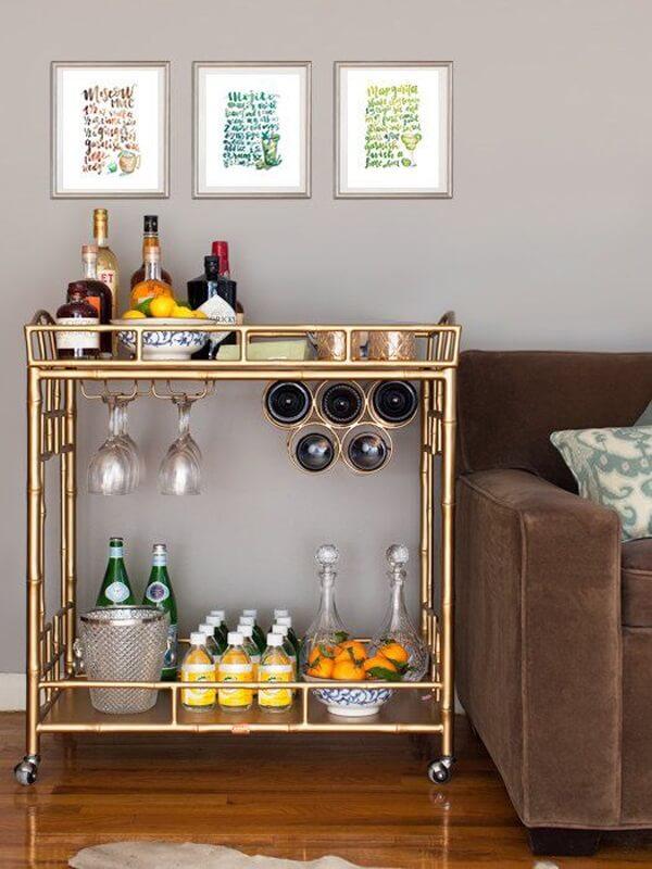 O home bar foi estruturado em um carrinho ao lado do sofá
