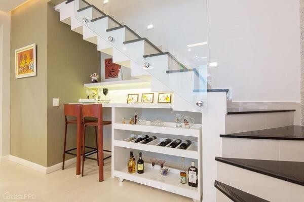O home bar foi feito sob medida embaixo da escada