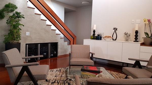 O home bar pode ser montado embaixo da escada