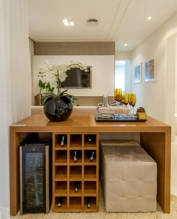 O móvel planejado acomoda diversas garrafas de vinho