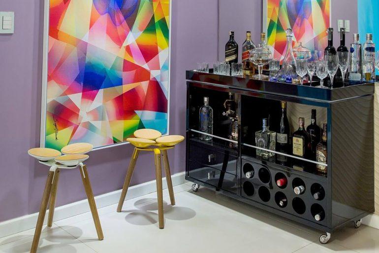 O quadro colorido trouxe descontração para o home bar da casa