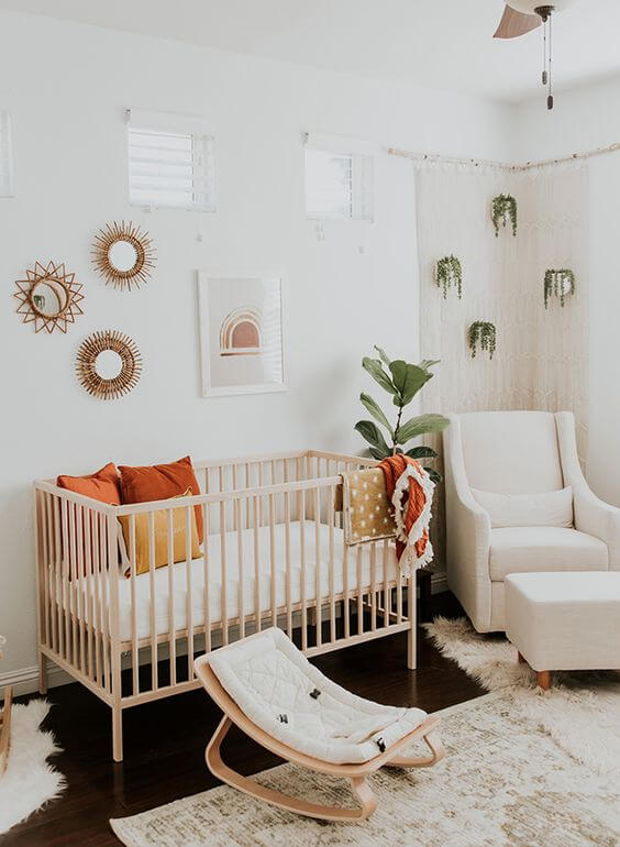 O quadro para quarto de bebê forma uma linda composição com os espelhos decorativos na parede. Fonte: Arkpad