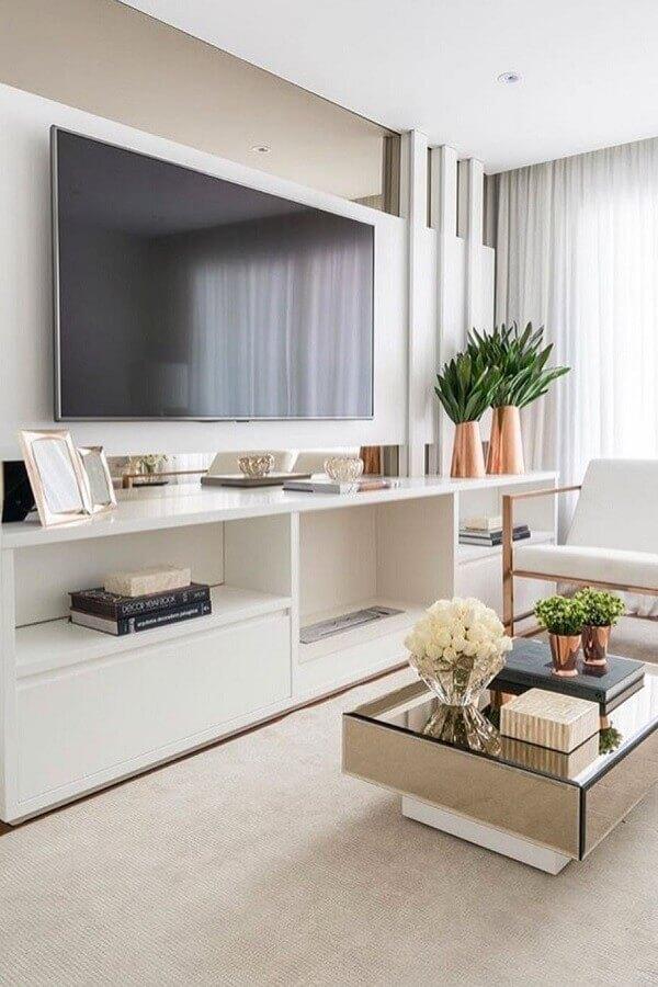 O rack com painel branco decore a sala de estar