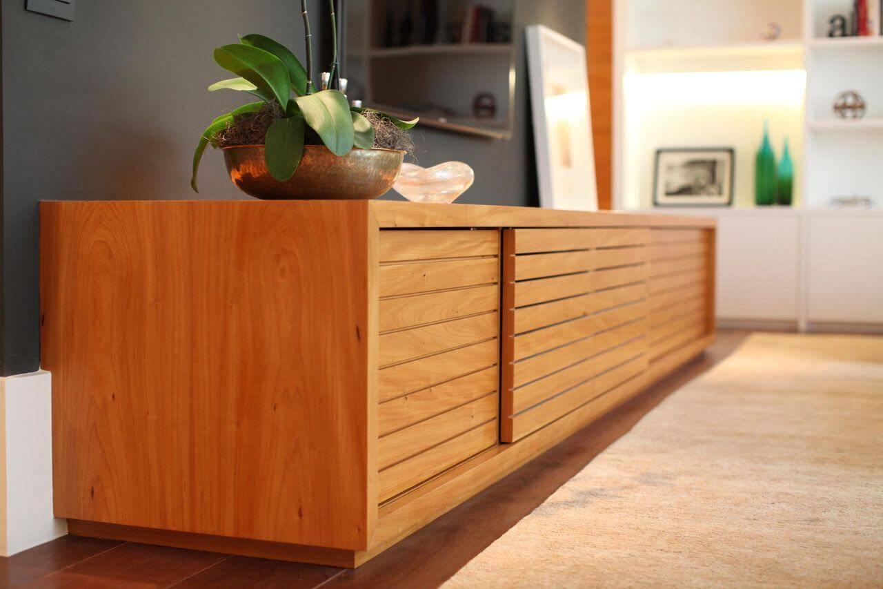 O rack para sala de madeira é uma das opções mais tradicionais