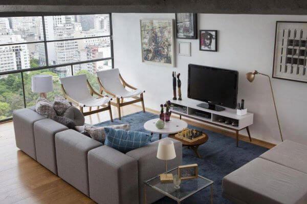 O rack para sala na cor branca pode ser bastante discreto na decoração