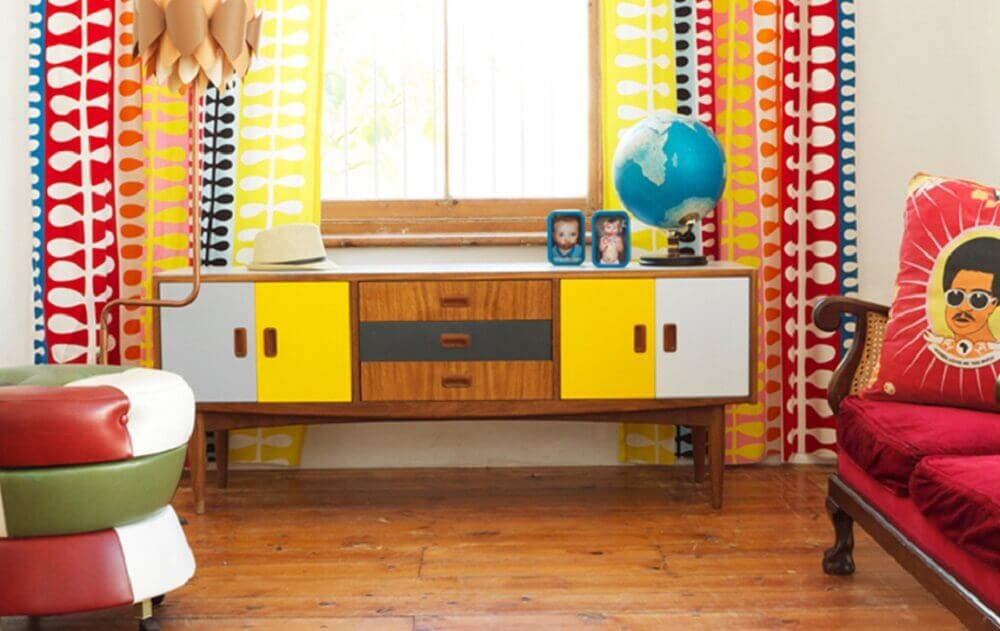 O rack retrô colorido alegra a decoração do espaço