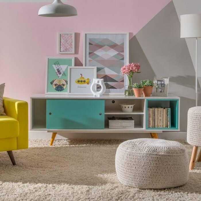 O rack retrô colorido traz alegria para a decoração