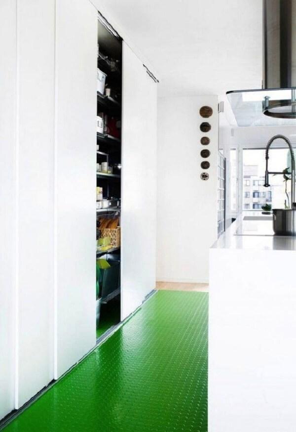 Opte pelos pisos para cozinha com superfícies emborrachadas. Fonte: Pinterest