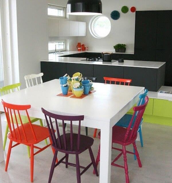 Opte por uma mesa branca caso você queira investir em cadeiras coloridas para cozinha