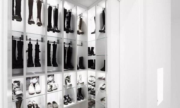 Os cabides de calça podem ser usados para guardar botas de cano alto