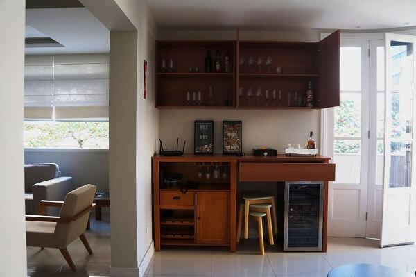 Os móveis de madeira ajudam na organização dos utensílios do home bar