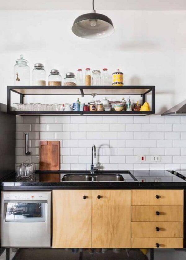 Os armários superiores em tom branco quebram a monotonia da madeira na cozinha modulada. Fonte: Itatiaia